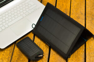 how to charge laptop battery manually by solar power by 100laptops.com